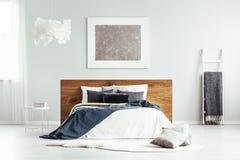 Schlafzimmer mit Decken und Kissen stockbilder