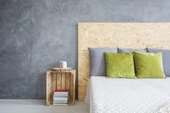 Schlafzimmer mit dekorativem Wandende stockfotografie