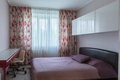 Schlafzimmer mit Fenster stockfotografie