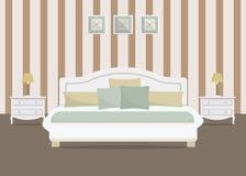 Schlafzimmer mit gestreifter Tapete Stockfoto