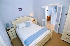 Schlafzimmer mit hellblauen Wänden Stockbild