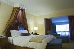 Schlafzimmer mit king-size Bett des Kabinendaches Stockfotos