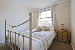 Schlafzimmer mit klassischem doppeltem Bett Lizenzfreie Stockbilder
