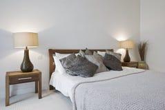 Schlafzimmer mit Königgrößenbett und Nachttischen Lizenzfreies Stockfoto