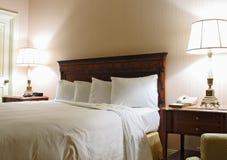 Schlafzimmer mit Lampe und king-size Bett Lizenzfreie Stockfotos