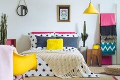 Schlafzimmer mit Mischung von Farben lizenzfreie stockbilder