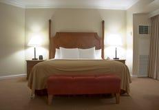 Schlafzimmer mit Nachttischlampen Stockfotos