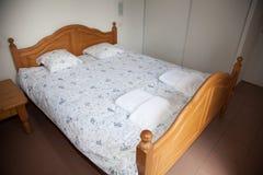 Schlafzimmer mit Schreibtisch-Lampe nahe ihr Stockbilder