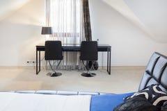 Schlafzimmer mit Studienplatz stockbild