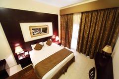 Schlafzimmer mit Trennvorhang und doppeltem Bett Lizenzfreie Stockfotos