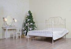 Schlafzimmer mit verziertem Weihnachtsbaum Stockbild