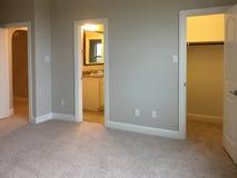 Schlafzimmer mit Wandschrank und Badezimmer lizenzfreies stockfoto