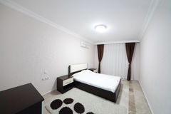 Schlafzimmer mit zwei Betten Lizenzfreies Stockfoto