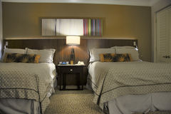 Schlafzimmer mit zwei Betten mit Nachttisch Stockfoto