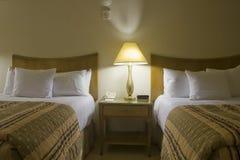 Schlafzimmer mit zwei Betten mit Nachttisch Stockfotografie