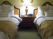 Schlafzimmer mit zwei Betten mit Nachttisch Stockfotos