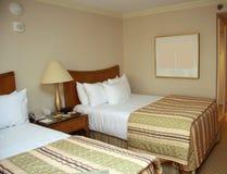 Schlafzimmer mit zwei Betten mit Nachttisch Stockbild