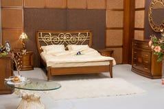 Schlafzimmer ohne Leute mit schönen Möbeln Lizenzfreie Stockfotos