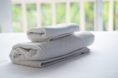 Schlafzimmer und Decke von Luxus im Hotel oder im Haus für Restschlaf O Lizenzfreies Stockbild