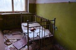 Schlafzimmer in verlassenem Kindergarten in zerstörtem Dorf von Kopachi 10 Kilometer-Ausschlusszone von Tschornobyl NPP, Ukraine stockbild