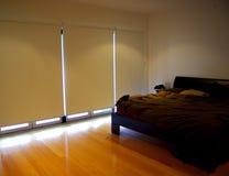 Schlafzimmer, Vorhänge unten Stockbild