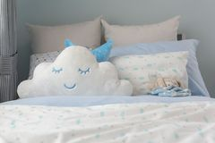 Schlafzimmerdesign des Kindes in der modernen Art lizenzfreie stockbilder