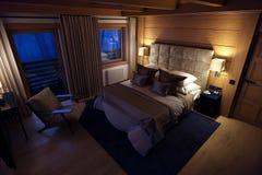 Schlafzimmerhaus der Wiedergabe 3D im Berg Stockfotografie