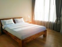 Schlafzimmerhotel mit Sonnenaufgangansicht über den Hintergrund Stockfotografie