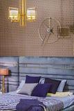 Schlafzimmerinnenraum in der Zickzackart modern, Weinleseschlafzimmer mit Retro- Tapete, moderner Luxusleuchter und Bett lizenzfreie stockfotografie