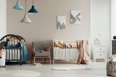Schlafzimmerinnenraum des stilvolles Kindes mit elegantem Holzm?bel und Plakaten auf der Wand stockbild