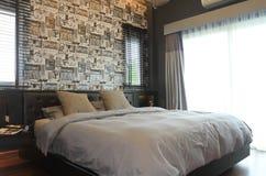Schlafzimmerinnenraum, moderne zeitgenössische Art lizenzfreie stockfotografie