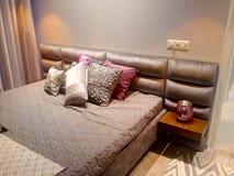 Schlafzimmerkissen-Matratzenbett lizenzfreie stockfotos
