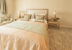 Schlafzimmerraum in der modernen Art Stockfotos
