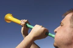 Schlag eines vuvuzela Lizenzfreie Stockfotografie
