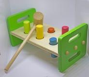 Schlagen des farbigen Spielzeugs Stockfotografie