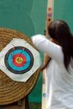 Schlagen des Ziels. Bogenschießen Stockfotografie