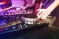 Schlagen Sie DJ mit einer Keule, das mischende Musik auf Vinyldrehscheibe spielt Lizenzfreies Stockfoto