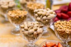 Schlagen Sie Restaurant, Snack, gesalzene Nüsse in einem Teller, salzige Snäcke, r Lizenzfreie Stockfotografie