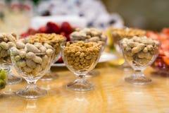 Schlagen Sie Restaurant, Snack, gesalzene Nüsse in einem Teller, salzige Snäcke, r Stockbild