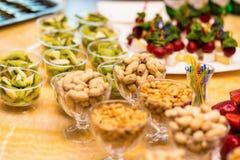 Schlagen Sie Restaurant, Snack, gesalzene Nüsse in einem Teller, salzige Snäcke, r Lizenzfreie Stockbilder