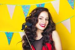 Schlagkerzen des schönen kaukasischen Mädchens auf ihr Kuchen Feier und Partei Spaß haben Junge hübsche Frau im roten Kleid und i Lizenzfreie Stockfotografie