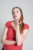 Schlagkuß der attraktiven Frau Stockbild