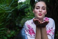 Schlagkuß des jungen schönen Mädchens des Porträts Vorbildliche Frau stockfotos