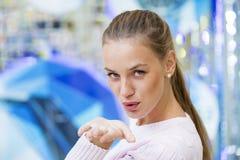 Schlagkuß, junge kaukasische Blondine Lizenzfreie Stockbilder