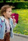 Schlaglöwenzahn des kleinen Mädchens Kinder lizenzfreie stockbilder