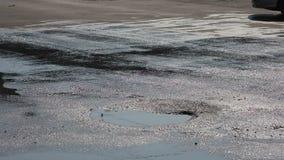 Schlagloch mit Wasser auf der Straße stock video