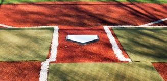 Schlagmal auf einem Rasenbaseballfeld stockbilder