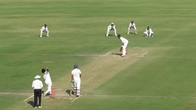 Schlagmann ließ den Ball in einem Testkricketmatch an Indore-Stadion stock footage
