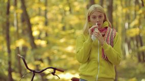 Schlagnase der jungen Frau an der Natur Junge Frau mit Taschentuch Frau macht eine Heilung f?r die Erk?ltung stock video