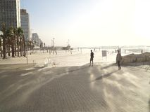 Schlagsand des Winds über der Strandpromenade in Tel Aviv stock video
